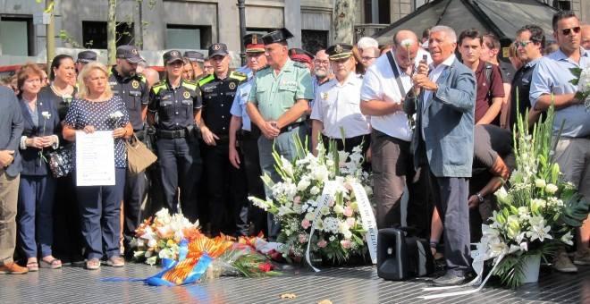 ACVOT realiza una ofrenda floral y guarda un minuto de silencio en memoria de las víctimas del 17A
